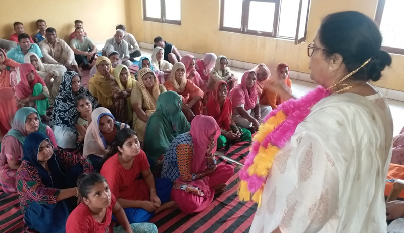 Ex-MLA Bimla Luthra addressing women workers meeting at Suchetgarh.