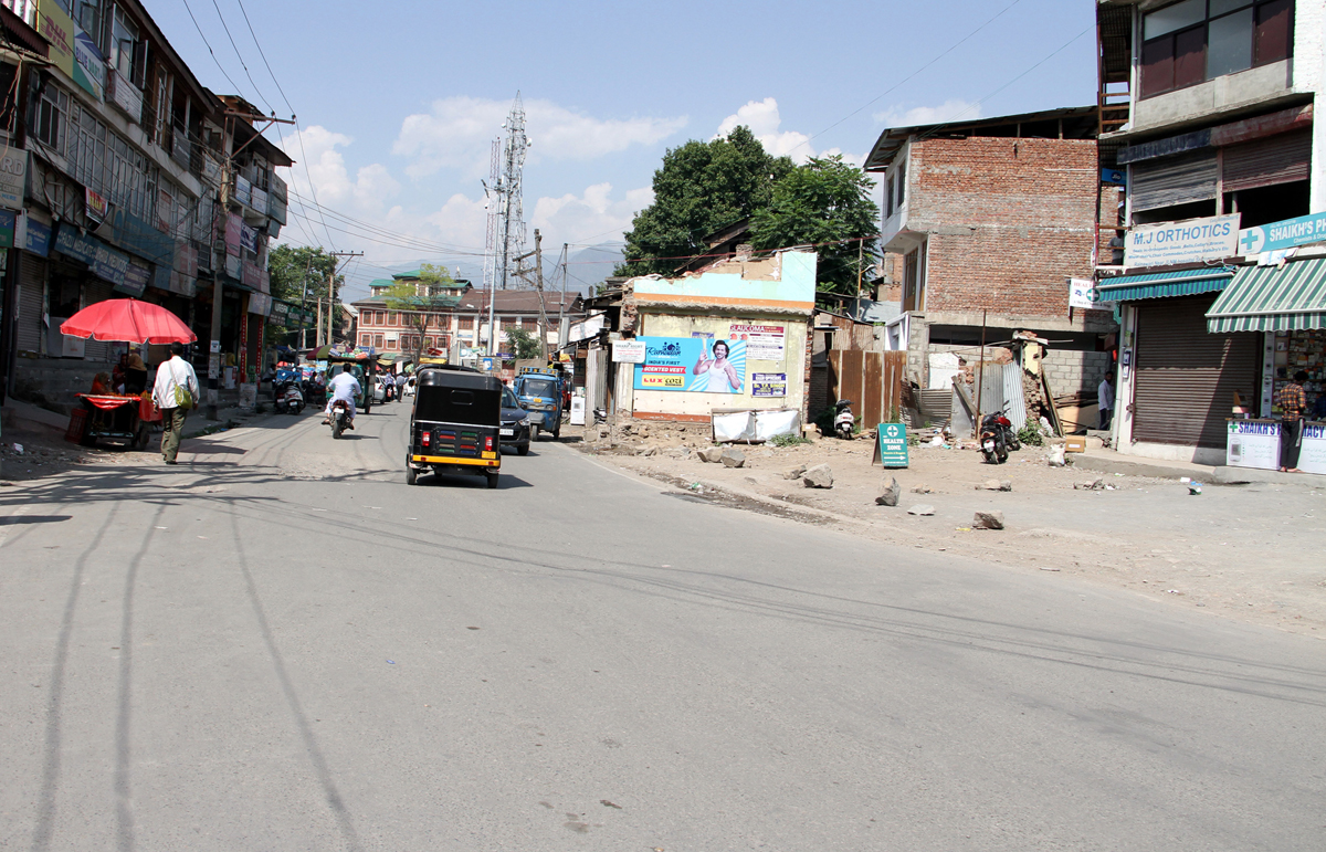 Failure to remove structures affect the widening of Meerak Shah-Zakura road in Srinagar. -Excelsior/Shakeel