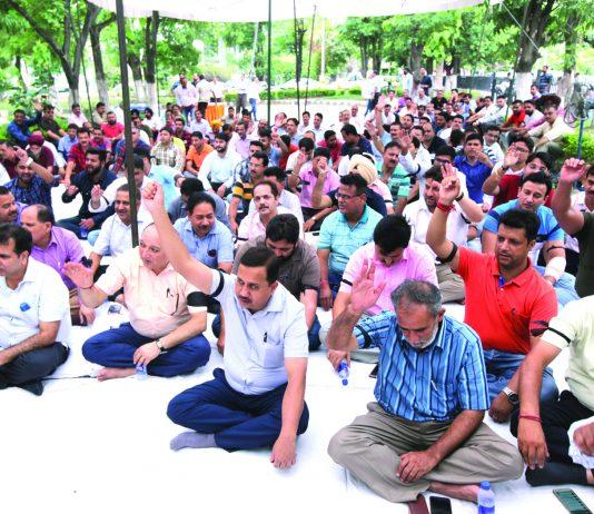 Engineering Graduates protesting near Nirman Bhawan at Jammu on Tuesday. Excelsior/Rakesh