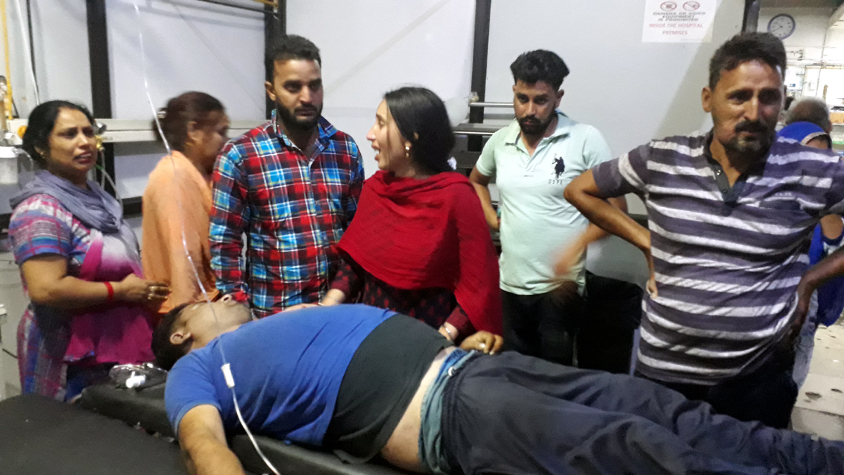 Family members wailing over the dead body of a youth in Emergency Ward of GMC Jammu.