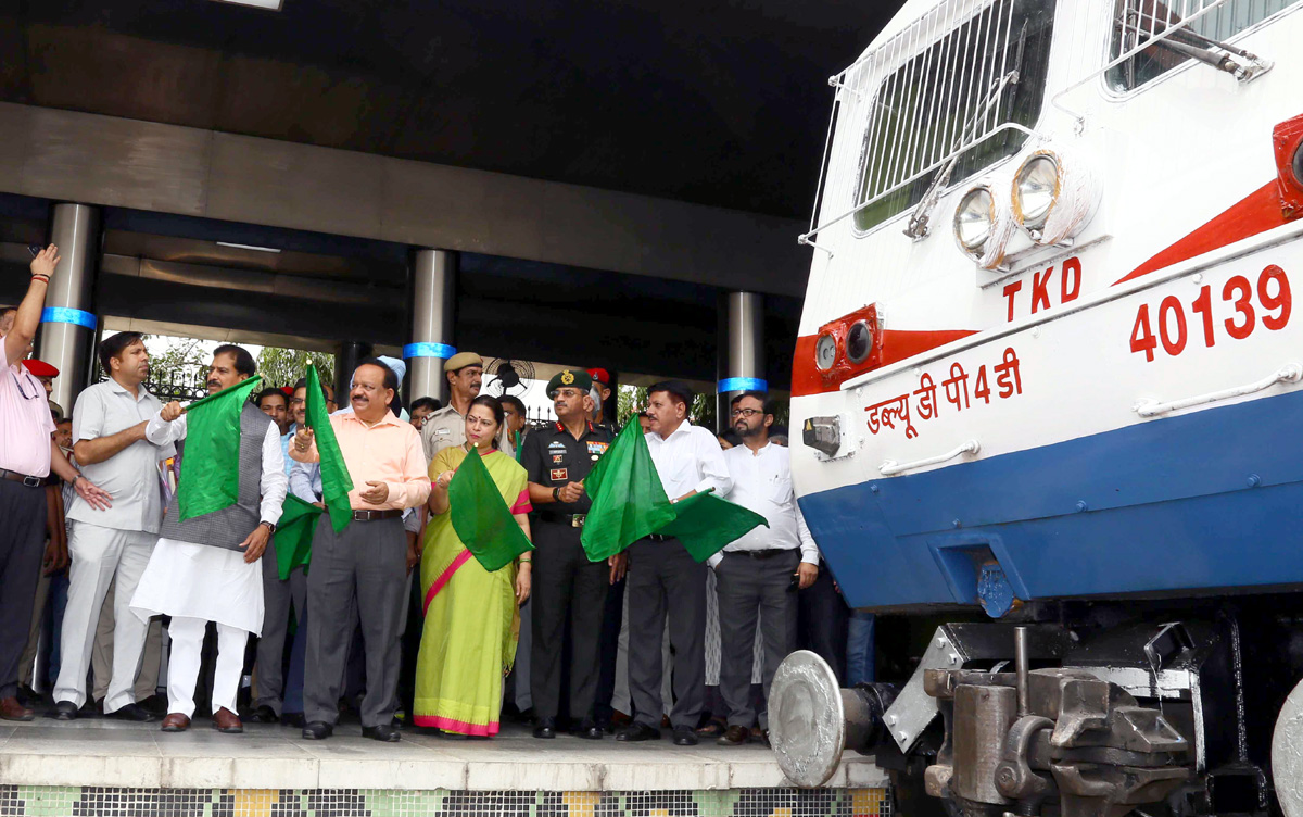 Union Minister for Health & Family Welfare, Science & Technology and Earth Sciences, Dr. Harsh Vardhan, the Minister of State for Railways, Suresh Angadi and the Member of Parliament Meenakshi Lekhi flagging off of vinyl wrapped rack of a train to mark 20th anniversary of Kargil Vijay Diwas, at New Delhi railway station on Monday.