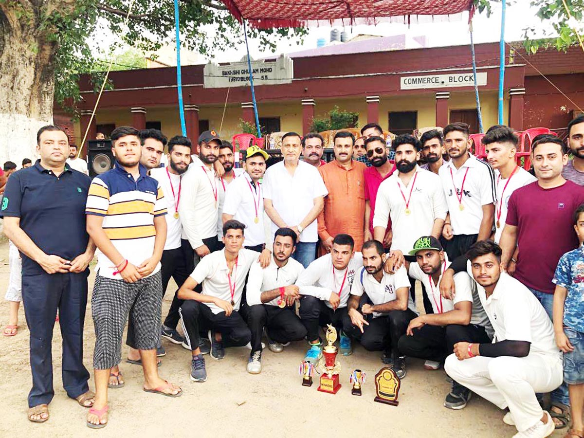 Teams posing along with former Minister and BJP leader Sham Lal Sharma at HSS Akhnoor on Sunday.