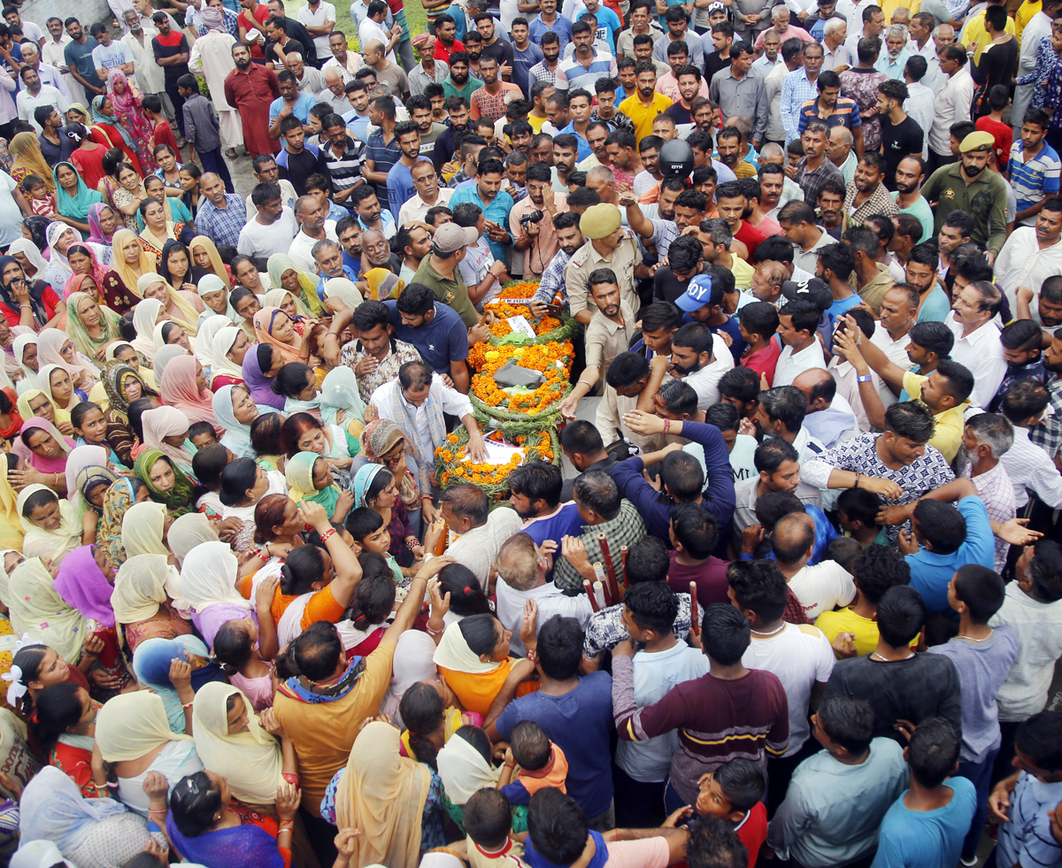 Thousands of people join funeral procession of martyr Krishan Lal in Akhnoor sector on Wednesday. —Excelsior/Rakesh