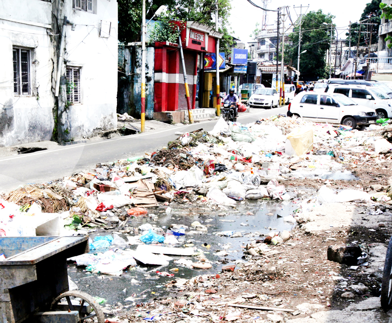 Garbage scattered on the road in front of Parade dumping yard in Jammu City. -Excelsior/Rakesh