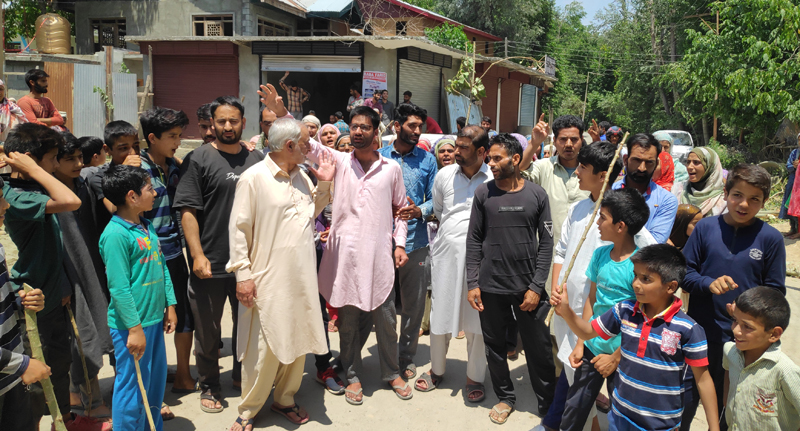 Residents protesting against garbage dumping in Wanibug area of Pulwama. -Excelsior/Younis Khaliq