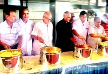 Members of Central Mahajan Sabha serving Amarnath pilgrims at Jammu on Sunday.