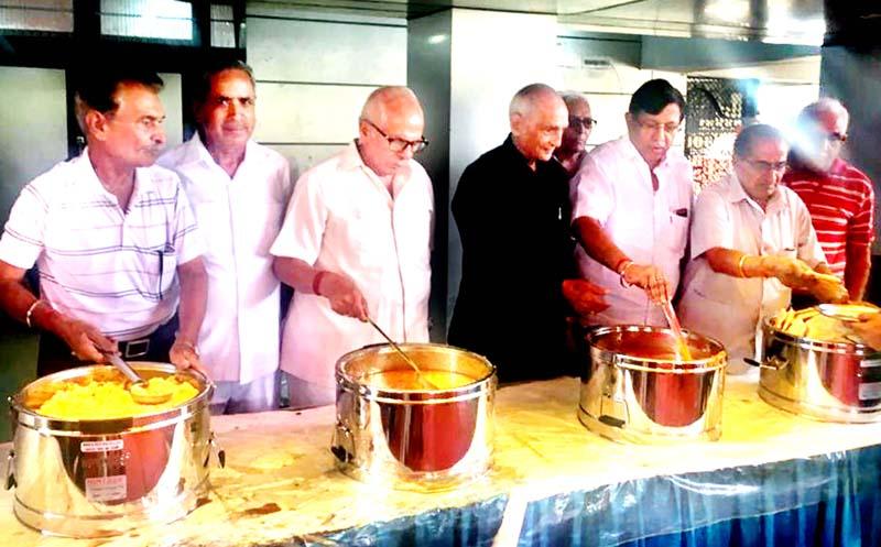 Members of Central Mahajan Sabha serving Amarnath pilgrims at Jammu on Sunday.