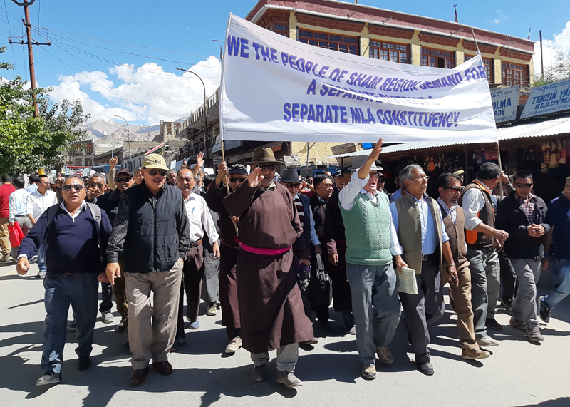 People of Sham region taking out rally from Leh Bazaar on Tuesday. —Excelsior/Morup Stanzin