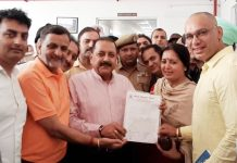 Prominent traders of Katra handing over a memorandum to Union Minister, Dr Jitendra Singh at Katra on Sunday.