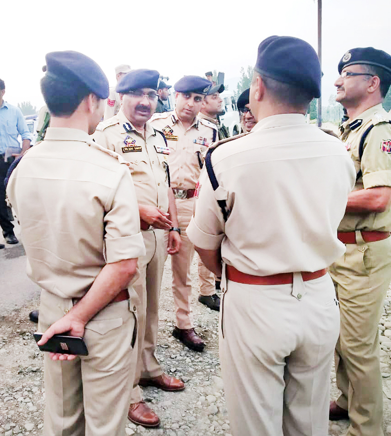 DGP Dilbagh Singh passing directions to officers deployed on NH in Srinagar.