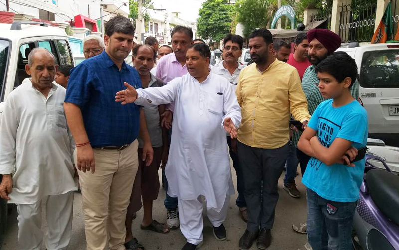 Former Minister, Sat Sharma inspecting condition of roads and lanes in JMC Ward No 30.