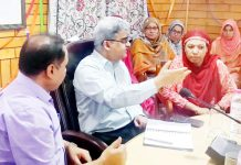 Financial Commissioner, Health and Medical Education, Atal Dulloo interacting with officials at Srinagar on Monday.