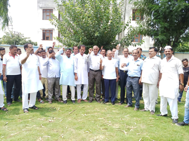 Congress workers protesting at Vijaypur on Monday. — Excelsior/Gautam