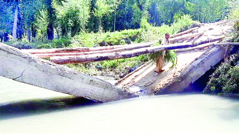 Collapsed cross-over bridge at Dungdara, Kreeri in Baramulla. —Excelsior/Aabid Nabi