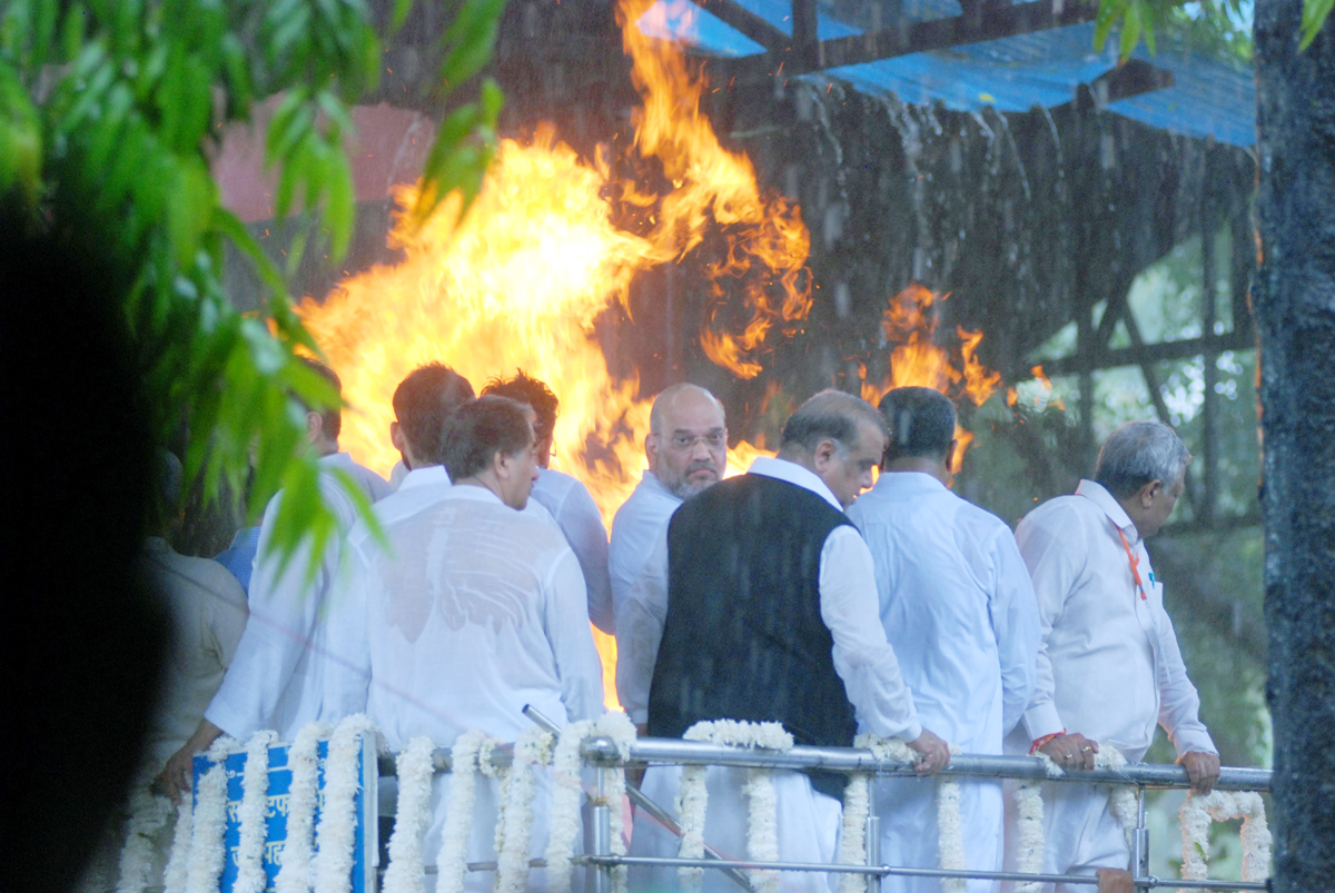 Union Home Minister Amit Shah and family members attending the cremation of former Finance Minister Arun Jaitley at Nigam Bodh Ghat in New Delhi on Sunday. (UNI)