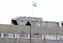 Only tricolor flutters atop the Civil Secretariat in Srinagar on Sunday. —Excelsior/Shakeel