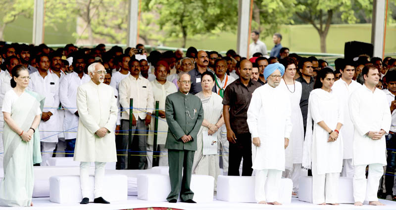 Former President Pranab Mukherjee, former Prime Minister Manmohan Singh, Congress President Sonia Gandhi, former Vice President Hamid Ansari Congress leader Rahul Gandhi at a prayer meeting after offering tribute to former Prime Minister Rajiv Gandhi on his 75th birth anniversary at Vir Bhumi in New Delhi on Tuesday. (UNI)