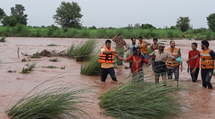 SDRF team rescuing people trapped in flash floods of river Ujh in Rajbagh area of Kathua on Saturday. —Excelsior/Pardeep Sharma