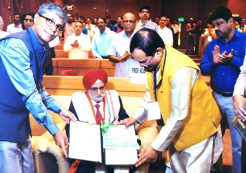 Shripad Naik, Minister of State for AYUSH, presenting award to Prof (Dr) Kulwant Singh at New Delhi.