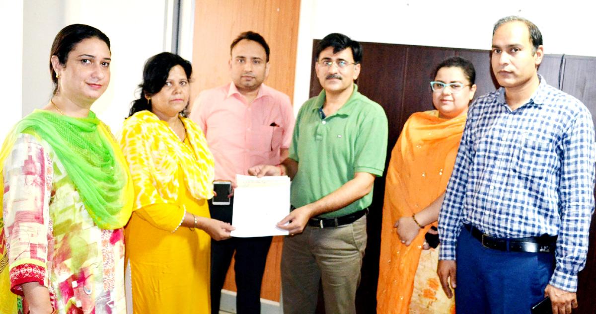 Joint Director, I&PR, Jammu Naresh Kumar presenting cheque to NoK of deceased Journalist on Friday.