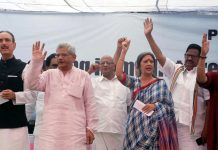 Congress ledaer Ghulam Nabi Azad, CPI(M) leaders Sitaram Yechuri, Brinda Karat and RJD leader Manoj Jha and other leaders of opposition parties participating in a dharna, oganised by CPI (M) demanding the release of political leaders in Jammu and Kashmir, at Jantar Mantar in New Delhi on Thursday. (UNI)