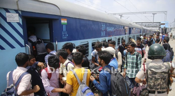 NIT students boarding train at Jammu Tawi Railway Station on Sunday. —Excelsior/Rakesh