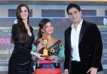 Rakhi Kapoor being honoured with best designer award.