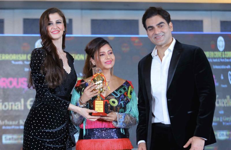 Rakhi Kapoor being honoured with best designer award.