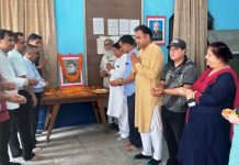 Former MLA Sat Sharma and others paying tributes to Netaji Subash Chandra Bose.