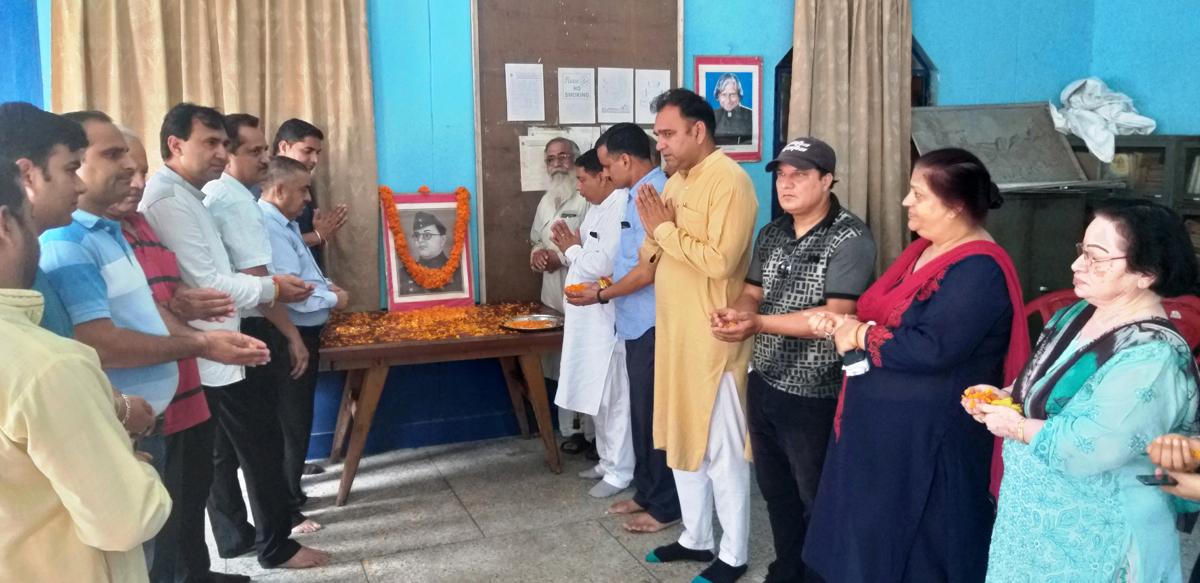 Former MLA Sat Sharma and others paying tributes to Netaji Subash Chandra Bose.