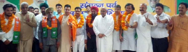 BJP national vice president Avinash Rai Khanna posing with prominent citizens who joined party at Trikuta Nagar on Tuesday.