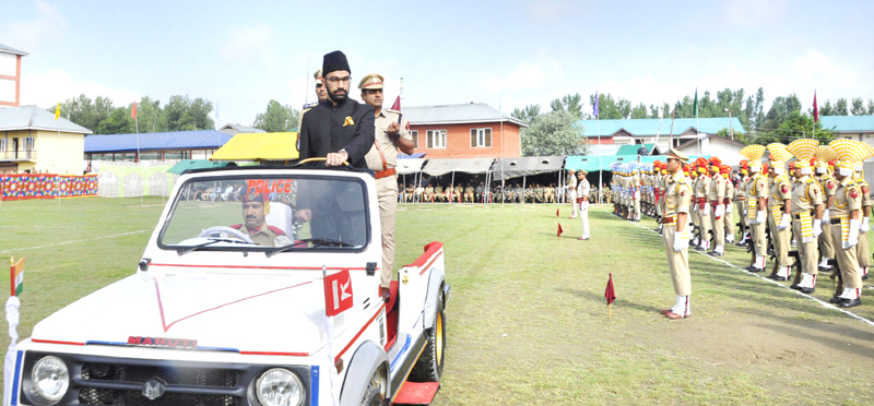DC Pulwama inspecting I-Day parade.