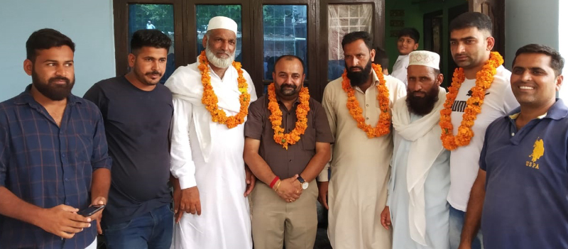 BJP MLC, Ch. Vikram Randhawa posing for a photograph with residents of Nalla Batala in Gandhi Nagar on Thursday.
