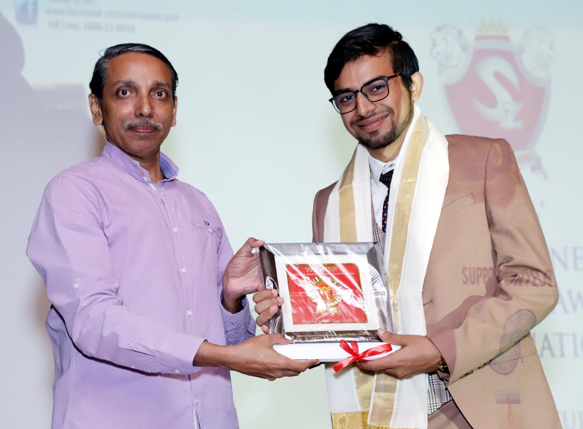 Kunal Saini, member of the SIPS Management receiving award from Prof M. Jagdish Kumar, Vice Chancellor, JNU.