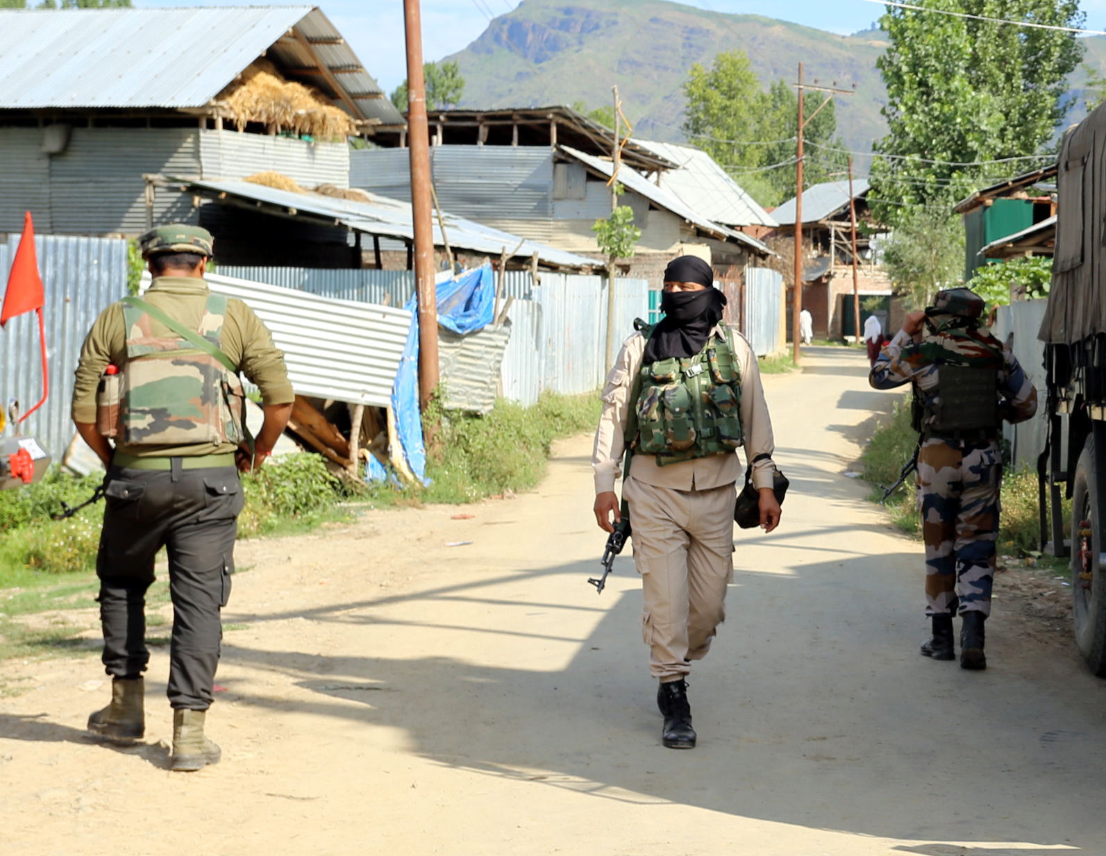 Security forces during encounter at Sopore on Saturday. —Excelsior/Aabid Nabi