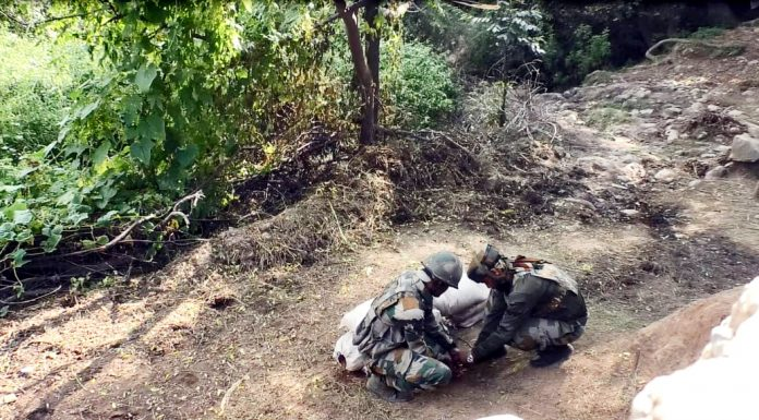 Army soldiers defusing live mortar shell at Balakote sector in Poonch on Sunday. — Excelsior/Rahi Kapoor
