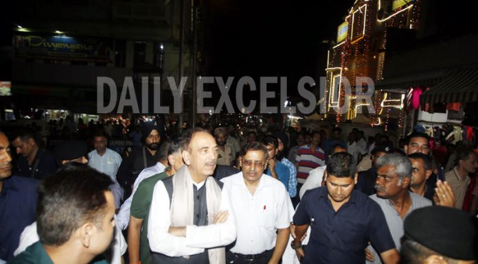 AICC leader Ghulam Nabi Azad visiting Raghunath Bazaar and interacting with traders in Jammu late Tuesday evening. -Excelsior/Rakesh