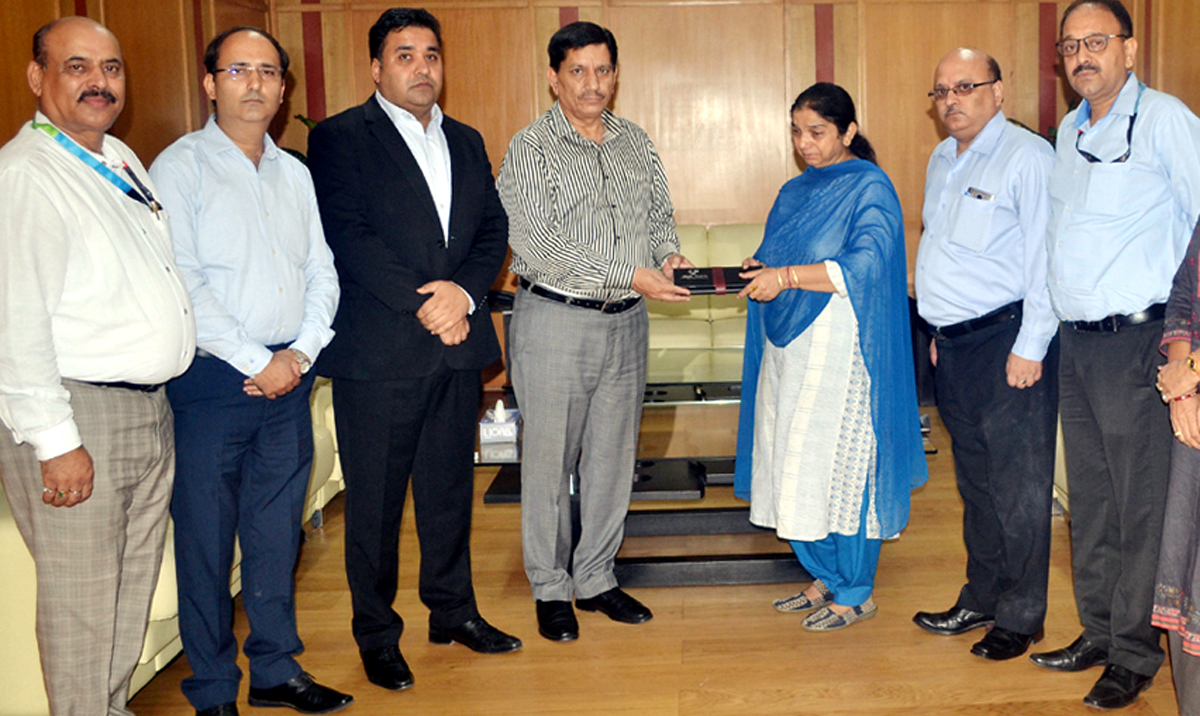 J&K Bank CMD handing over claim cheque to the kin of deceased employee.