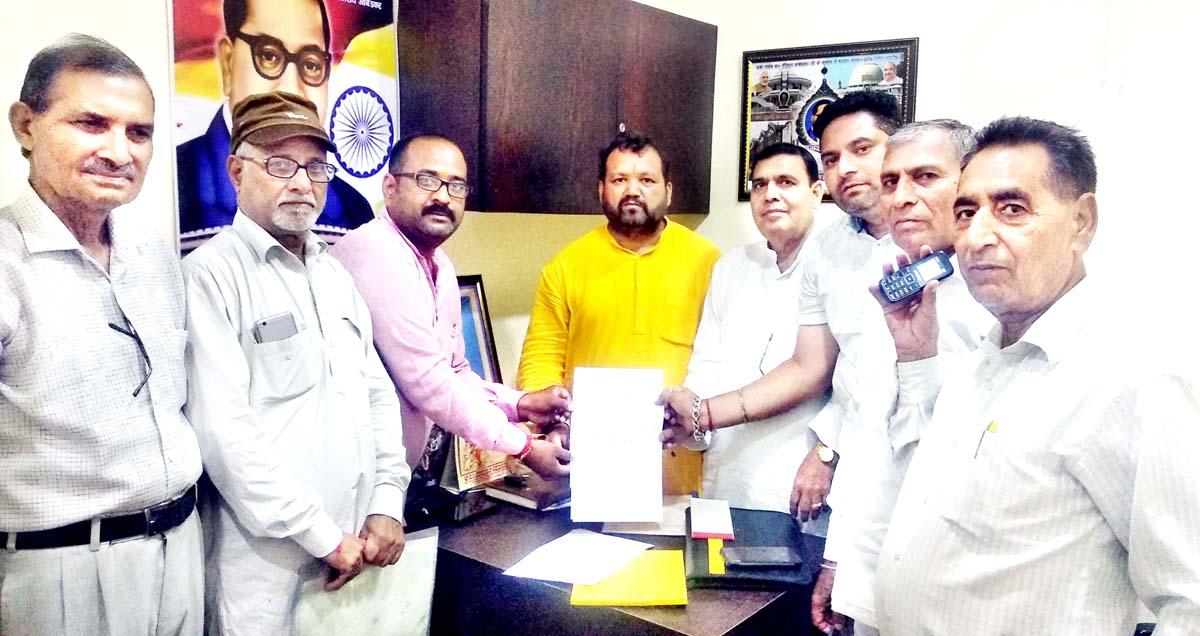BJP SC Morcha displaying the memorandum of demand for fresh socio-economic survey in J&K.