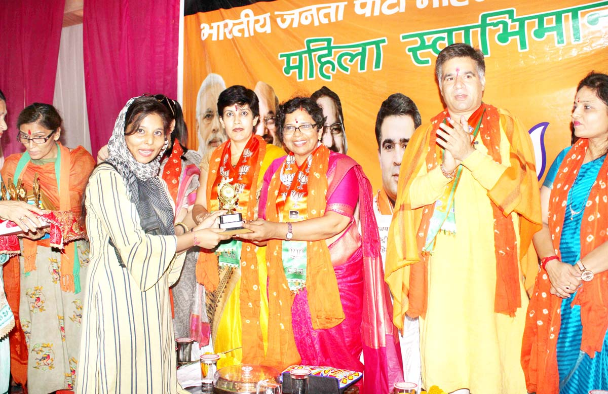 BJP Mahila Morcha national President, Vijaya Rahatkar honouring a woman at Jammu on Sunday. -Excelsior/Rakesh