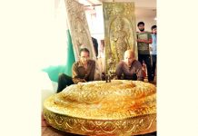 Artisans busy in making 'golden chhattar' and pictures at Shri Mata Vaishno Devi Bhawan.(UNI)