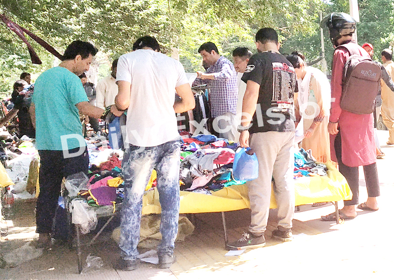 Sunday market opens partially in Lal Chowk, Srinagar. —Excelsior/Shakeel