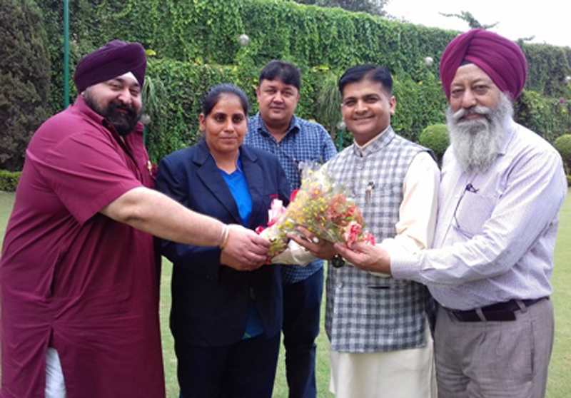 Kiran Kumari being felicitated by Hardeep Singh Anand, President, J&K Tug of War Association and other dignitaries in Jammu.