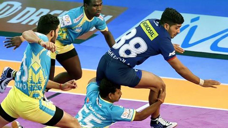 Players in action during PKL match at Bengaluru on Monday.