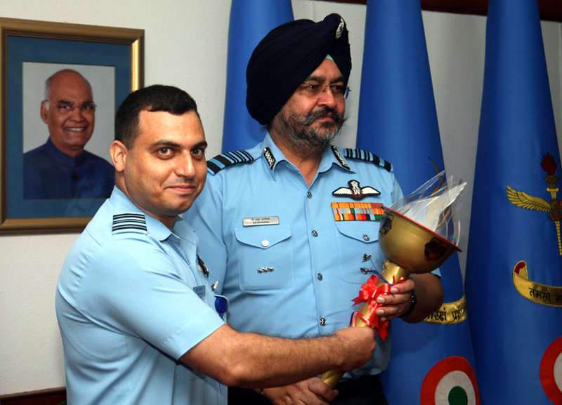 Chief of the Air Staff, Air Chief Marshal BS Dhanoa flagging off Kargil to Kohima Ultra Marathon by handing over the Glory Torch to the team leader Suresh Razdan in New Delhi on Friday.