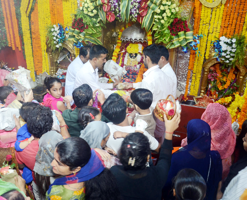 Devotees paying obeisance to Bawe Wali Mata, Jammu on first day of Navratra on Sunday. —Excelsior/Rakesh