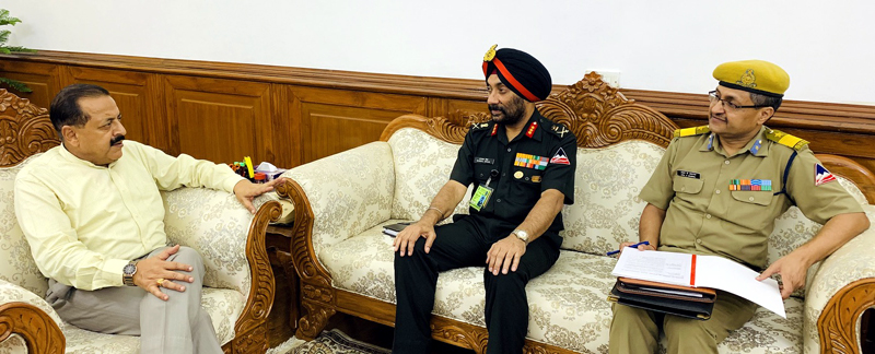 Director General, Border Roads Organisation, Lt. Gen Harpal Singh briefing Union Minister Dr Jitendra Singh about the road and bridge projects in Kathua-Udhampur-Doda Lok Sabha constituency, at New Delhi.