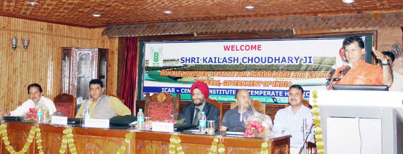 Union Minister of State for Agriculture and Farmers Welfare, Kailash Choudhary addressing the gathering during his visit to ICAR-CITH Srinagar.