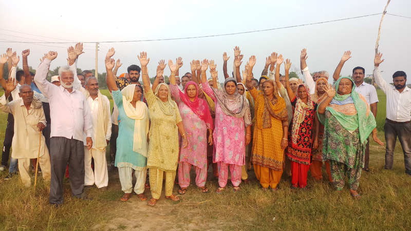 People staging protest in Ramgarh sector of Samba district.