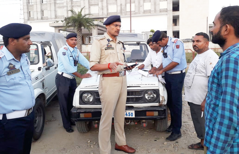 SSP Traffic (R) Mohan Lal Kaith and Traffic Police officials challaning a vehicle.